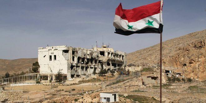 Drapeau syrien flottant derrière le désastre